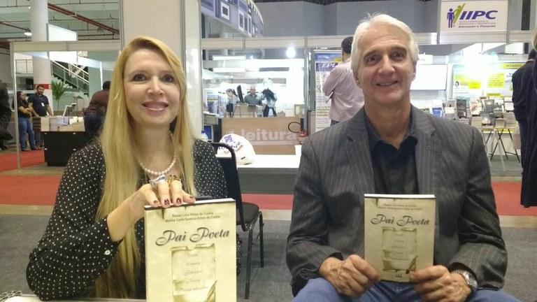 Os autores de Pai Poeta Renan e Marisa Cunha tiveram seus livros autografados.